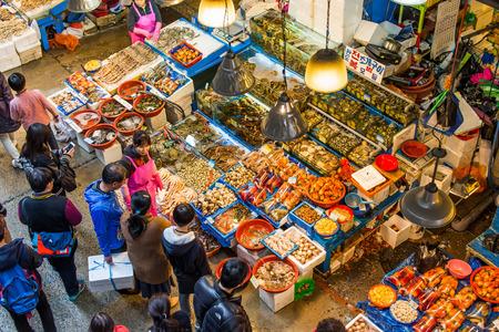 fischerei: SEOUL - 28. M�rz: Luftaufnahme der K�ufer bei Noryangjin Fischerei Gro�markt 28. M�rz 2015 in Seoul, S�dkorea. Die 24-Stunden-Markt verf�gt �ber mehr als 700 Verkaufsst�nde frischen und getrockneten Meeresfr�chten.