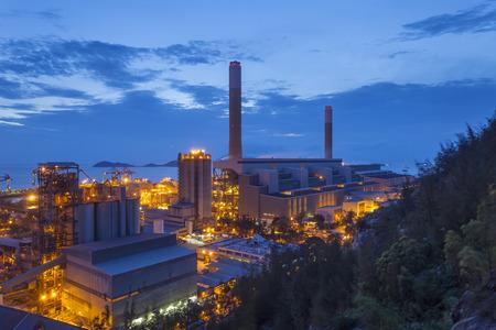 industria petroquimica: industria petroquímica durante la puesta del sol Foto de archivo