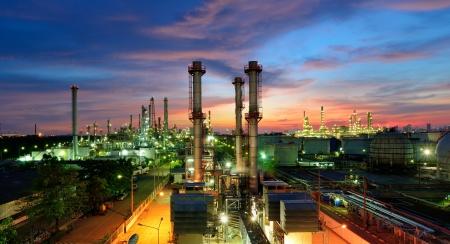 petrochemie industrie: Olie-raffinaderij bij schemering Stockfoto