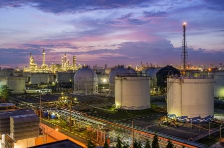 refinería de petróleo: Refinería de petróleo en el crepúsculo Foto de archivo