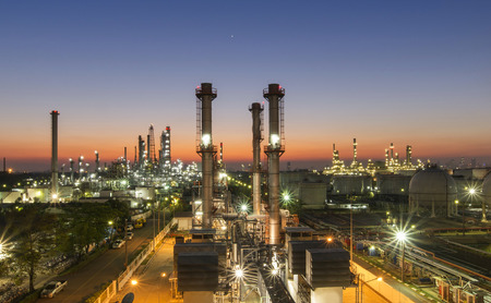 Oil refinery at twilight Reklamní fotografie - 39642328