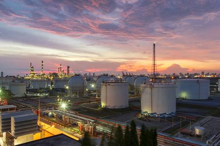 L-Raffinerie in der Dämmerung Standard-Bild - 39898412