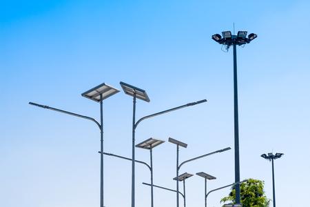 LED-Straßenlaterne mit Solarzelle, elektrisches Scheinwerferlicht im Hintergrund des blauen Himmels. Grünes Energiekonzept.