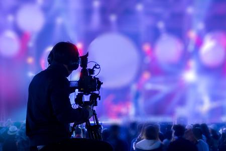 Filmowiec nagrywa i transmituje koncerty na żywo za pomocą kamer. Profesjonalna firma zajmująca się nagrywaniem wideo