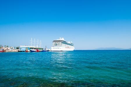 white ship in port. Cruise ship at sea. Standard-Bild - 119016855