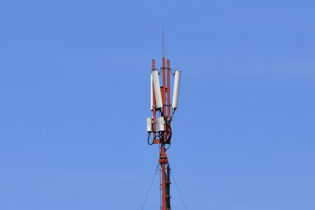 Digital telephone antenna. GSM tower on a blue background. 5g 4g. Stockfoto