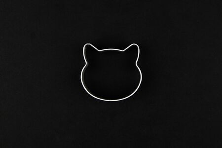 cat logo on a black background. Cat head logo. Abstract logo with a cats head in black and white. Metolic cat. Archivio Fotografico - 139828312