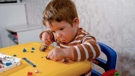 child sculpts at the table Reklamní fotografie
