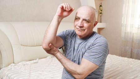elderly man with pain in his arm. Foto de archivo