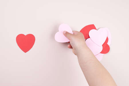 A child holding a heart in his hand. 版權商用圖片