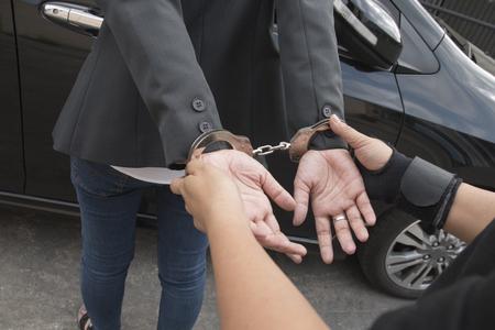 Jonge vrouwen gearresteerd en met handboeien Stockfoto