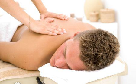 masoterapia: hombre joven en un balneario de recibir un masaje Foto de archivo