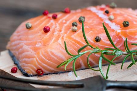 plato de pescado: Salm�n crudo filete de pescado con hierbas frescas en la tarjeta de corte listo para cocinar