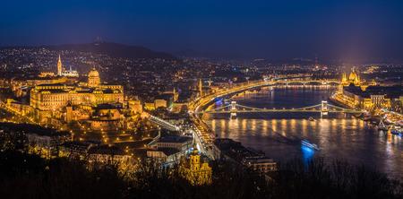 Vista panorámica de Budapest con las luces de calle y el río Danubio en el crepúsculo, visto desde la colina Gellert Punto de Observación