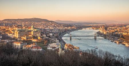 Vista panorámica de Budapest y el río Danubio según lo visto de la colina Gellert Punto de Observación Foto de archivo
