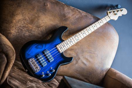 Bass Guitar leunend tegen een bank. Blue Bass Guitar.