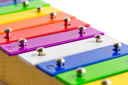 xilofono: Closeup Detalle de arco iris Xilófono de madera de color aisladas sobre fondo blanco