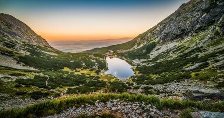 dom: Lac de montagne au coucher du soleil. Velicka Valley, Hautes Tatras, Slovaquie. Banque d'images