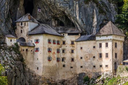 Castello rinascimentale costruito all'interno di Rocky Mountain a Predjama, Slovenia. Famoso luogo turistico in Europa.