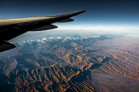 Vista aérea desde un avión. Volando por encima de la hermosa tierra al amanecer.