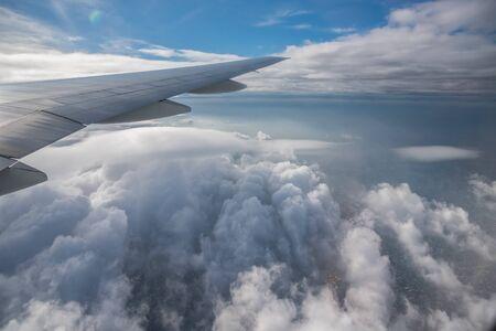 Luftaufnahme aus einem Flugzeug. Fliegen über Wolken bei Sonnenaufgang Standard-Bild