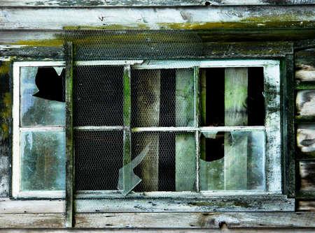 Broken windows of old barn with peeling paint Standard-Bild
