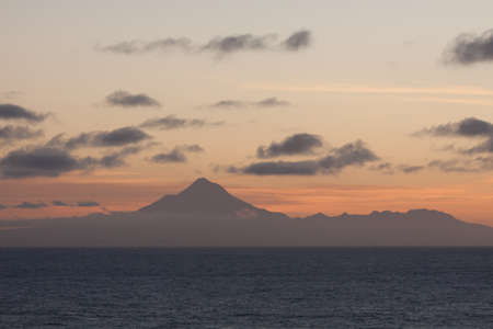 Mount Taranaki New Zealand silhouetted in setting sun Standard-Bild