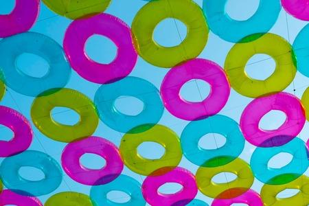 peer to peer: salvavidas colorido, decorado, colgando en el aire, a Maharaj Peer. Foto de archivo