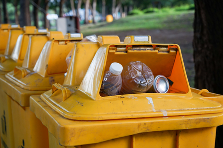overfilled: Bin in the park is full of rubishes.