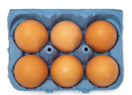 gamme de produit: Une cartouche de six oeufs isol�s sur fond blanc Banque d'images