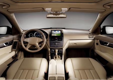Zicht op het interieur van een auto van de moderne zaken weer gegeven: het dashboard