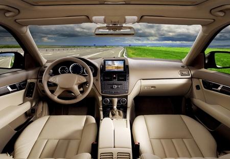 veloc�metro: En el interior de un autom�vil de la empresa moderna.