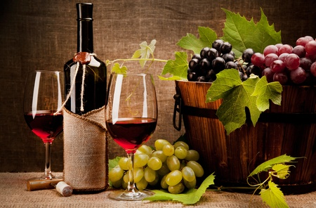 uvas: Naturaleza muerta con botellas de vino, vasos y las uvas Foto de archivo