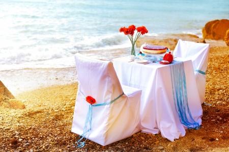 anillo de boda: Dulces fant�stica cena cerca del mar en d�a de la boda Decoraci�n de mesa Foto de archivo