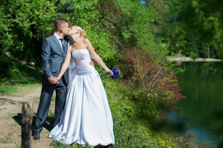 couple de mariage dans l'amour mari�e et le mari� sur fond lac photo