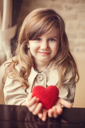 Valentine Day - träumen niedlichen Kind mit rotem Herz in den Händen. Standard-Bild - 17809991