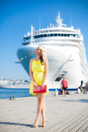 Mooie Vrouw Vacationing in een dok, groot cruiseschip op de achtergrond Stockfoto