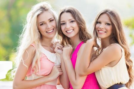 Portret van een groep mooie jonge vrouwelijke vrienden lachen Stockfoto