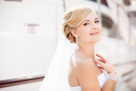 Schöne Braut im Freien - Soft-Fokus Standard-Bild - 24421925
