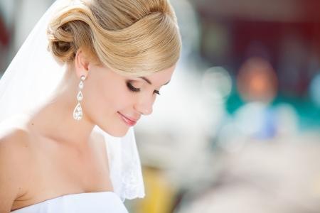 Mooie bruid buitenshuis - zachte focus Stockfoto