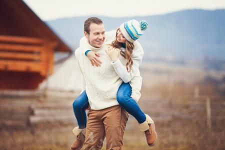 Mladý pár spolu chodit a zároveň se těší na den v parku