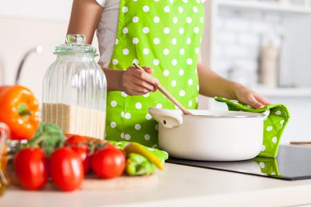 femme préparant le repas sur la cuisine