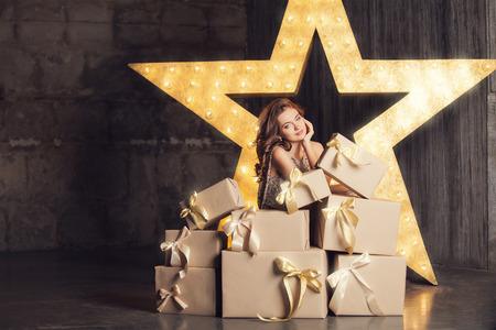 Fashion Frau mit vielen Geschenken. Brodway auf Hintergrund Sterne Standard-Bild - 32261901