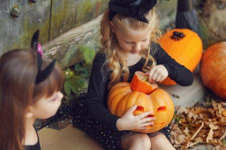 czarownica: Szczęśliwe dzieci grupa czarownic podczas Halloween Zdjęcie Seryjne