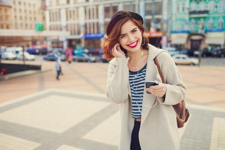 chicas guapas: bastante joven mujer elegante con sombrero posando en las calles de la ciudad. vacaciones de europa