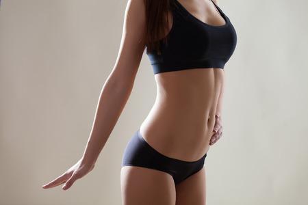 jeune femme nue: Belle corps mince de la femme