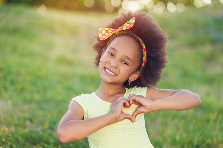 mujeres y niños: Retrato al aire libre de la raza bastante mezclada chica sonriendo al aire libre afroamericana