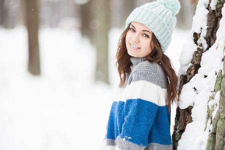 ropa de invierno: Transporte, invierno, tiempo, personas y concepto de vehículo - hombre y niño limpiando nieve del coche con el cepillo Foto de archivo