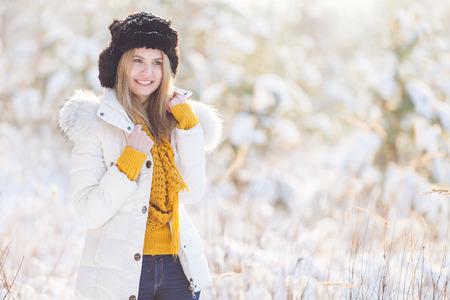 jolie fille: belle jeune fille de l'hiver  Banque d'images