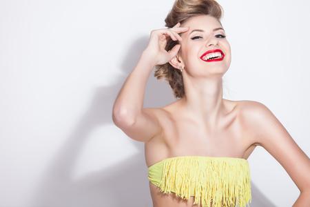 tetona: Hermosa chica de moda en traje de baño